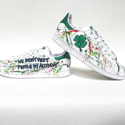 Baskets stan smith personnalisées par l'artiste français Michael EDERY, sneakers customisées avec peintures de couleurs et dessins ou phrase